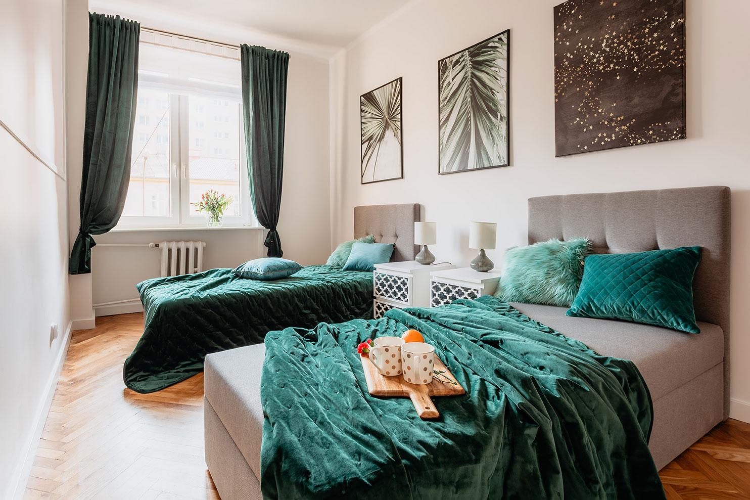 Plakaty w sypialni - projekt mieszkania w Olsztynie