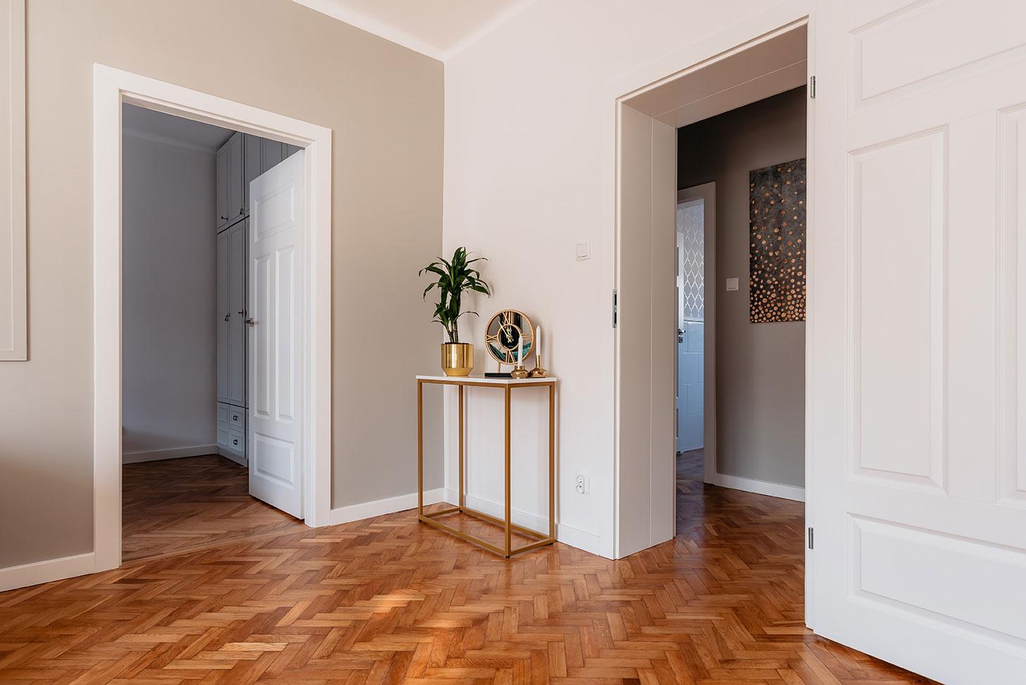 Złota konsola w salonie - projekt wnętrza mieszkania w Olsztynie
